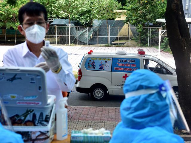 Ảnh: Ngày đầu làm việc của đội tiêm vắc xin phòng COVID-19 lưu động đến tận điểm cách ly, khu dân cư ở TP.HCM