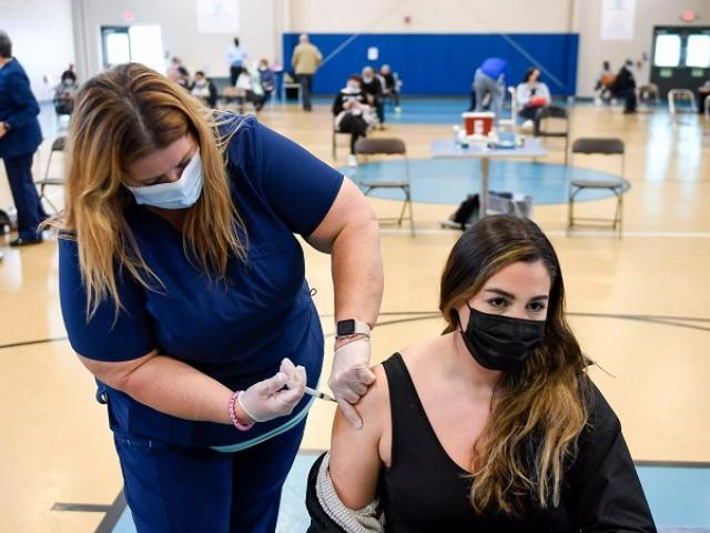 Mỹ: Chỉ 0,1% người tiêm đầy đủ vaccine nhiễm Covid-19