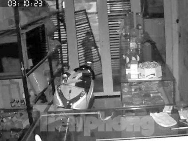 """Video hai tên trộm """"bứng"""" cổng vào nhà dân trộm xe SH"""