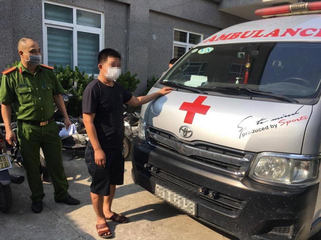 Tài xế dùng xe cứu thương 'thông chốt' từ Nghệ An ra Hà Nội