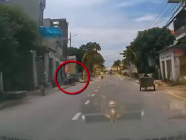 """Clip: Tông """"ninja"""" lao xe ra đường như tự sát, xe máy văng trúng ô tô"""