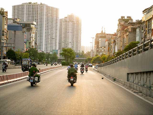 VIDEO: Theo chân công an Hà Nội tuần tra, xử lý vi phạm giãn cách, phòng dịch COVID-19