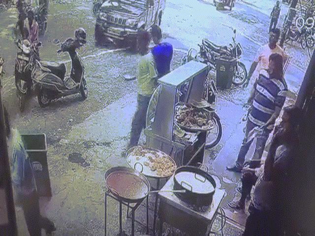 Video: Bé gái 5 tuổi vặn tay ga xe máy, 2 ông cháu lao thẳng vào chảo dầu đang sôi