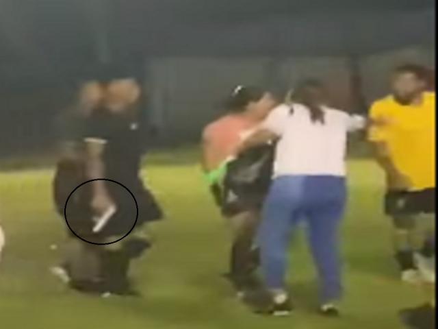 Hú vía: Bị CĐV đòi hành hung, trọng tài rút súng cảnh cáo fan cuồng
