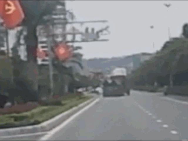 Clip: Va chạm với container, xe cứu thương lật ngửa trên đường