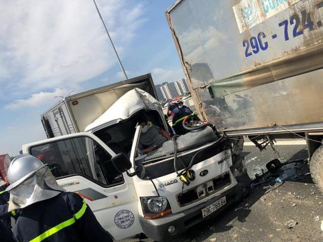 Hà Nội: Nhiều cảnh sát cắt cabin biến dạng giải cứu tài xế mắc kẹt sau tai nạn