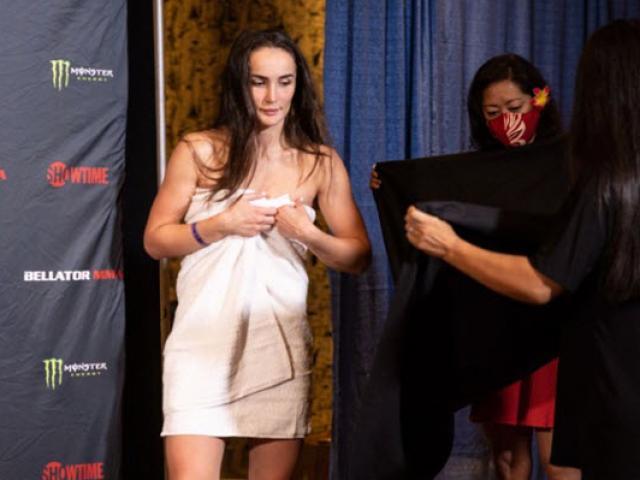 """Đỏ mặt người đẹp MMA phải cởi đồ khi cân nặng, bị người đàn ông """"thấy hết"""""""