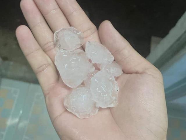 TP.HCM xuất hiện mưa đá kèm dông sét