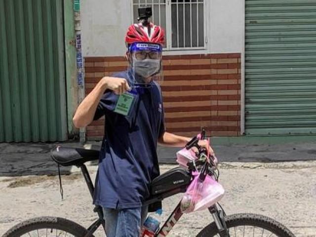 Tình nguyện viên 17 tuổi đạp xe đi chống dịch