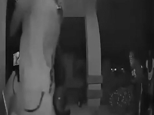 Bịt kín mặt rồi đạp tung cửa định trộm cắp, 4 tên cướp chạy trối chết khi vừa thấy chủ nhà