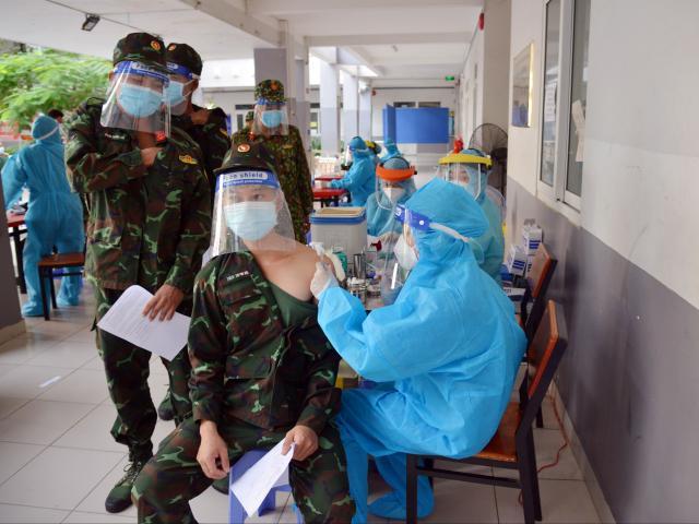 Ảnh: Tiêm vắc xin phòng COVID-19 cho chiến sĩ Quân đoàn 4 tại TP.HCM