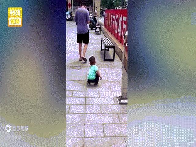 Cố ý vứt tiền xuống đất để thử con trai, hành động của cậu bé khiến ông bố đứng hình