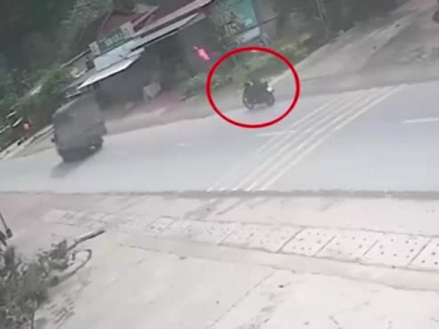 Clip: Sang đường kiểu tự sát, lái xe máy bị ô tô bán tải tông kinh hoàng