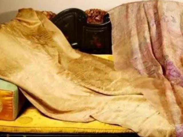 Mua áo cà sa phát hiện dị vật bên trong, ai ngờ là kho báu bạc tỷ