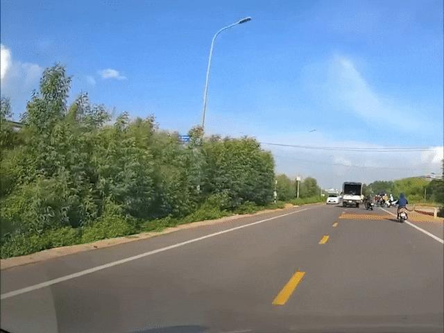 Xe máy sang đường khuất tầm nhìn, suýt va chạm với ô tô ngược chiều