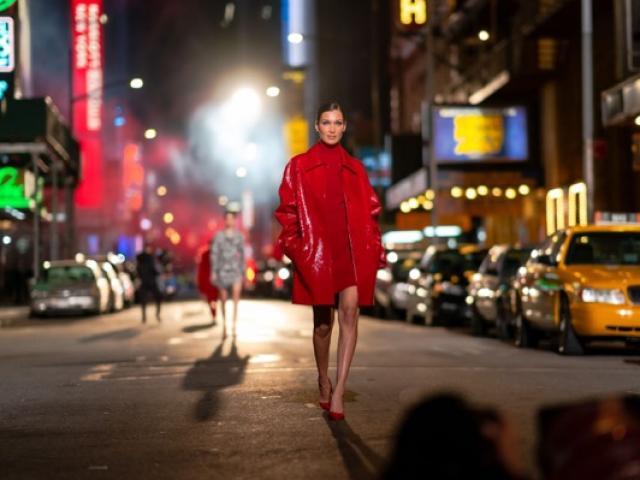 1631273643 748 thumbnail width640height480 Coach mang trang phục nỉ tươi sáng ra phố với bộ sưu tập Xuân hè 2022