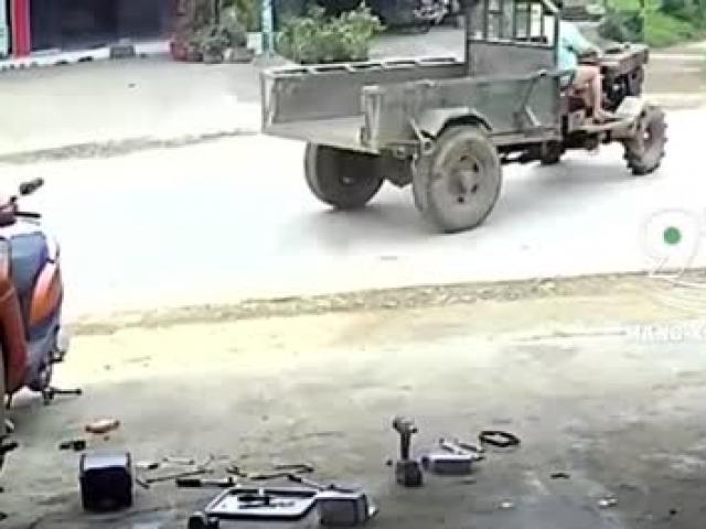 """Clip: Chuyển hướng rẽ như """"đường nhà mình"""", xe công nông gây họa cho 2 người đi xe máy"""