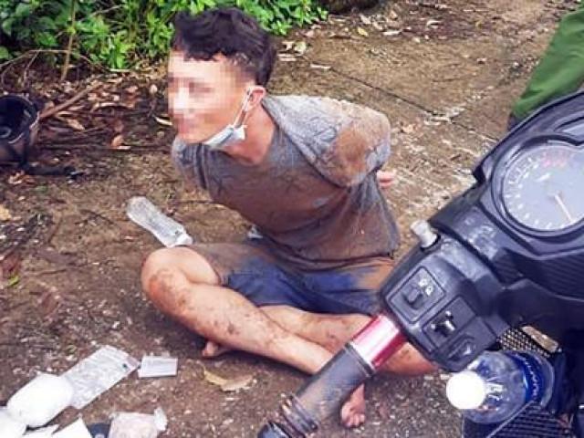 """Hàng chục cảnh sát vây bắt đối tượng """"cõng"""" ma túy né chốt kiểm dịch"""