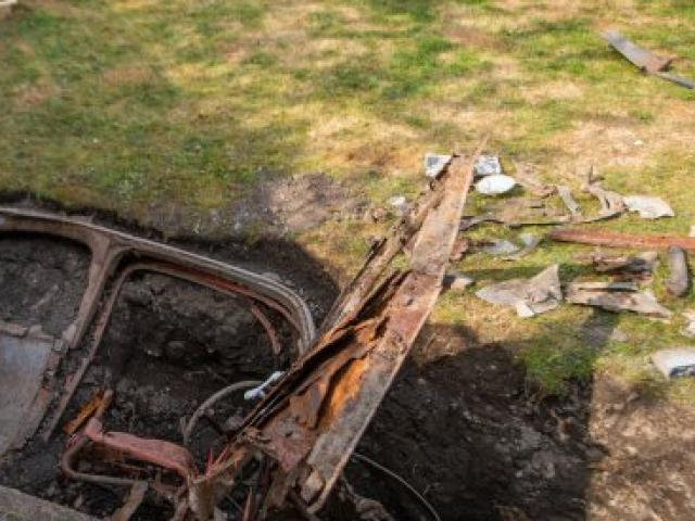 """Đào vườn trong nhà mới, người đàn ông bất ngờ thấy thứ bí ẩn từng có giá """"khủng"""""""