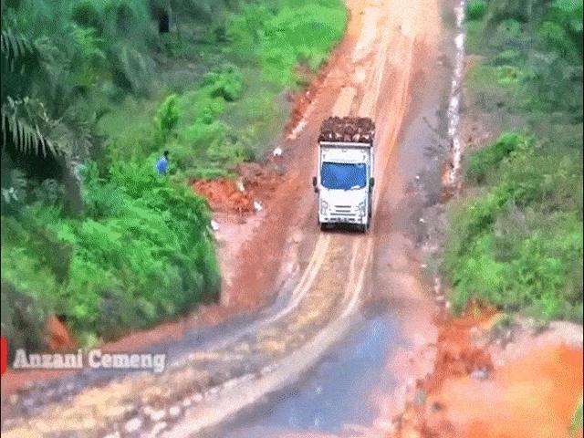 Clip: Hồi hộp xem tài xế xe tải vượt dốc trơn trượt