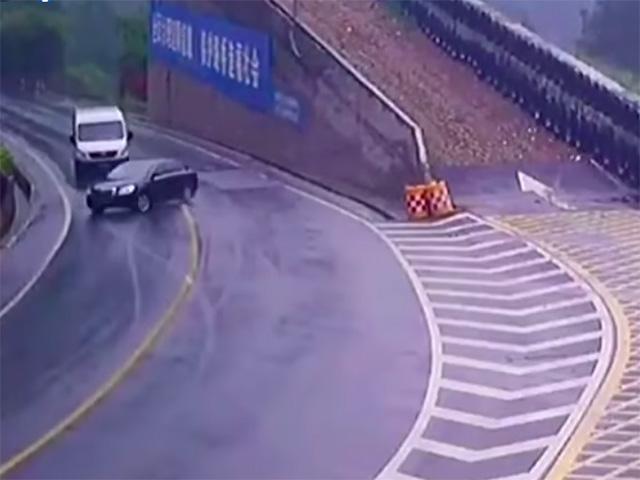 """Ô tô va chạm với xe tải trên đoạn đường đèo trơn trượt tạo hiện trường """"khó phân xử"""""""