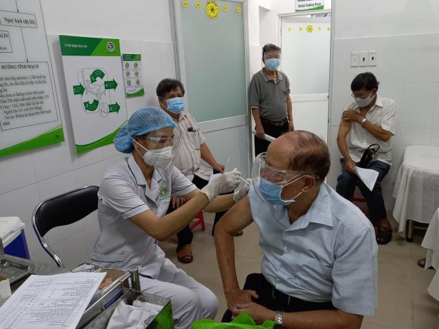 Hà Nội tiếp tục đạt mức kỷ lục mới về số lượng mũi tiêm vắc-xin COVID-19 trong ngày