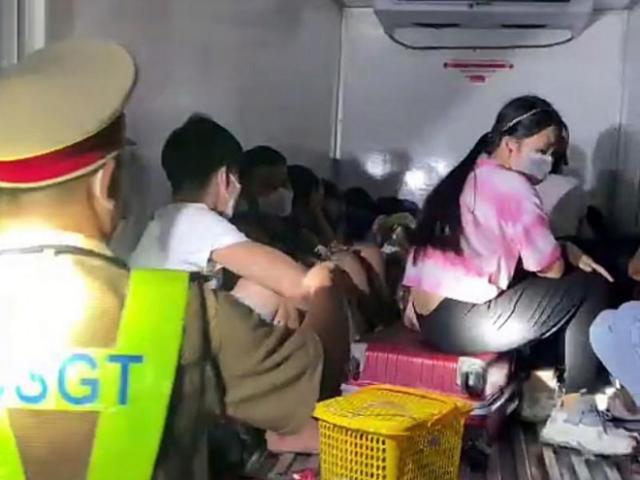 """Sốc: 15 người có cả trẻ em trong thùng xe đông lạnh """"thông chốt"""""""