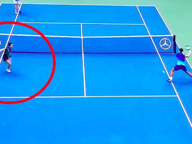 Djokovic suýt đánh bóng vào cậu bé nhặt bóng, ngán ngẩm đập nát vợt