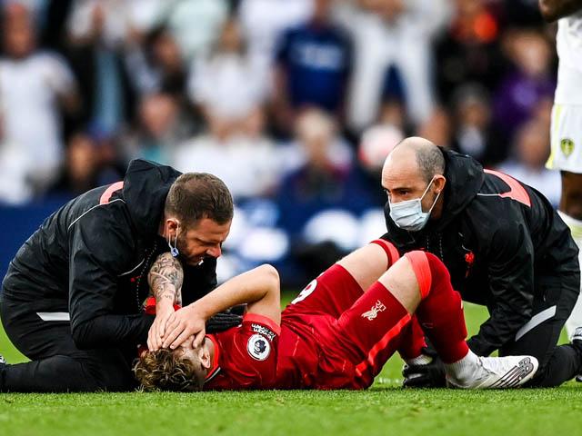 SAO Liverpool chấn thương kinh hoàng vì bị đạp sau, cổ chân lệch một bên