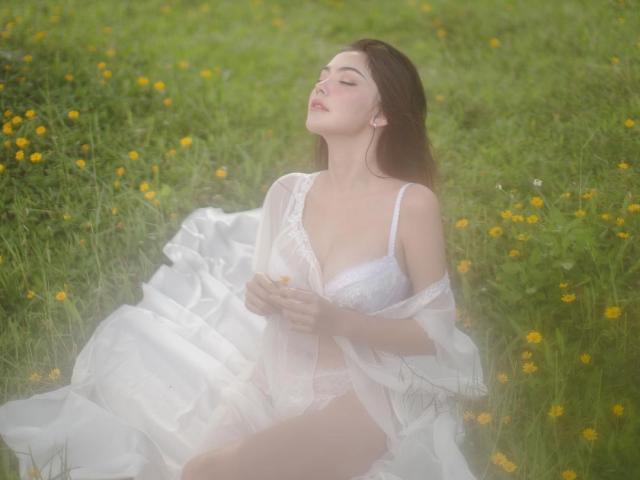 """1631624214 808 thumbnail width640height480 Địch Lệ Nhiệt Ba """"gây sốt"""" khi hiếm hoi diện váy áo khoe vòng 1 đẹp như nữ thần"""