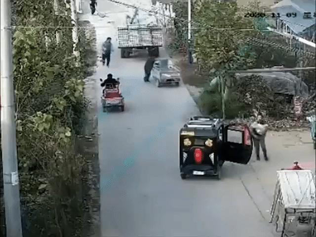 Xe chở vật liệu trôi dốc gây tai nạn thương tâm cho xe ba bánh phía sau