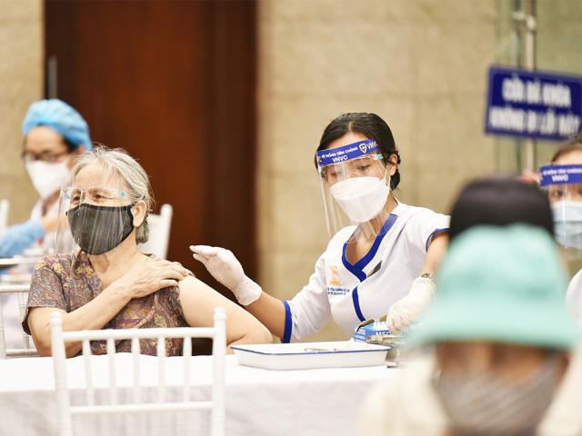 Hà Nội thông tin mới nhất về tình hình tiêm vắc-xin và xét nghiệm COVID-19
