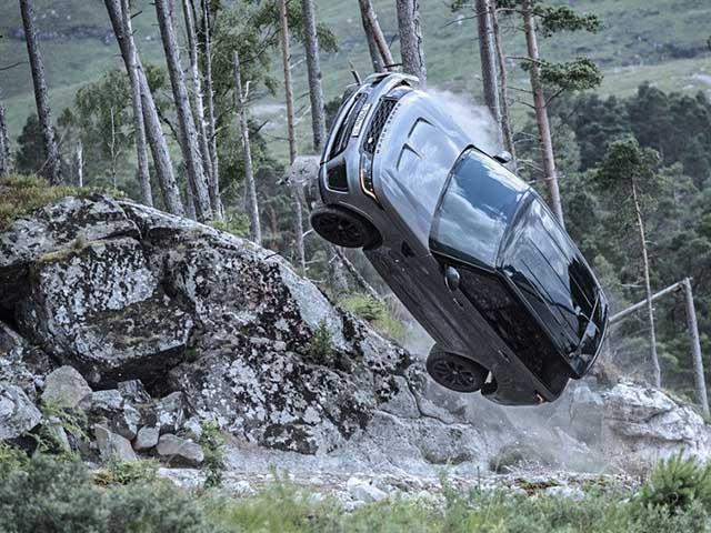 Range Rover Sport SVR bị phá nát không thương tiếc trong cảnh quay phim 007