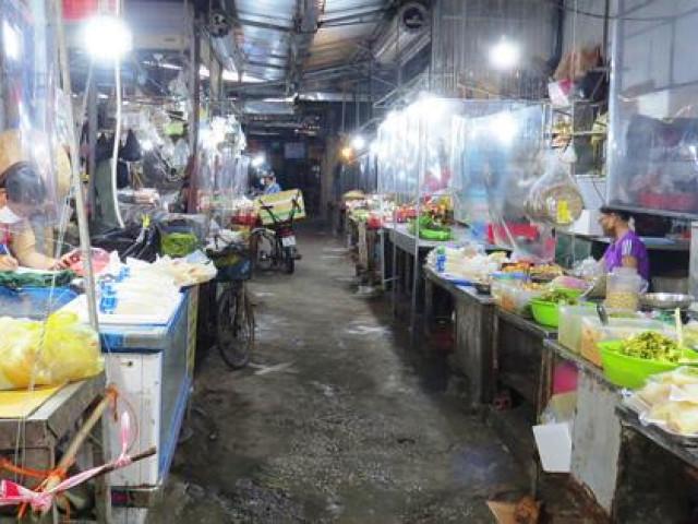 Chợ dân sinh đìu hiu sau ngày mở bán trở lại, tiểu thương ''ế hàng'' ngồi xem phim