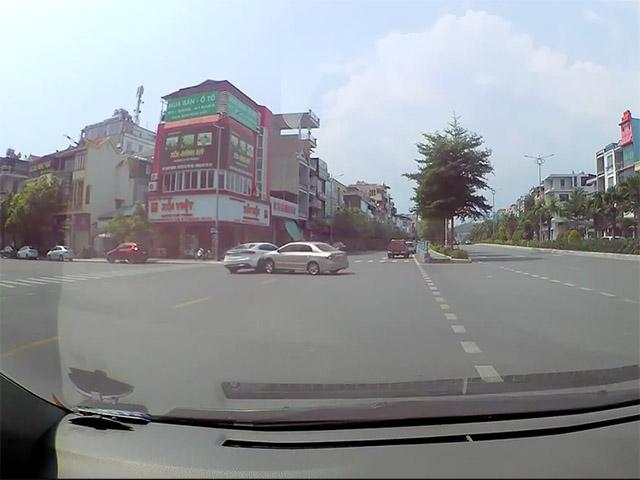 Ô tô giảm tốc đợi sang đường đột ngột lao đến đâm mạnh 2 xe khác