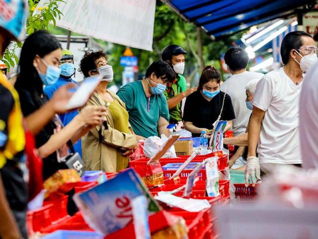 Video: Nhiều người xếp hàng mua bánh trung thu ở TP.HCM