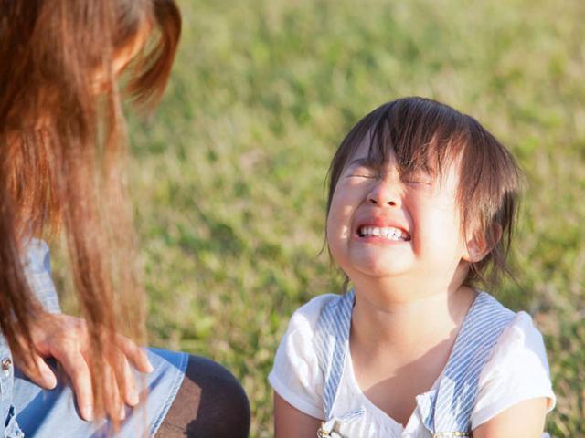 Đừng thắc mắc tại sao con mình ngày càng ù lì, tự ti nếu bố mẹ thường xuyên làm 4 điều này