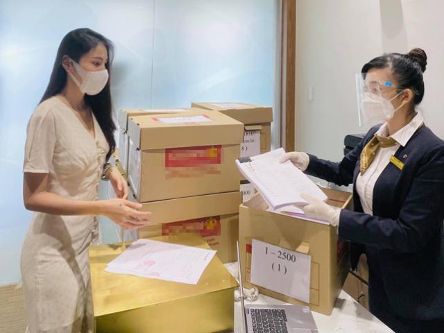 Công Vinh, Thủy Tiên livestream 18.000 trang sao kê hơn 177 tỷ từ thiện miền Trung