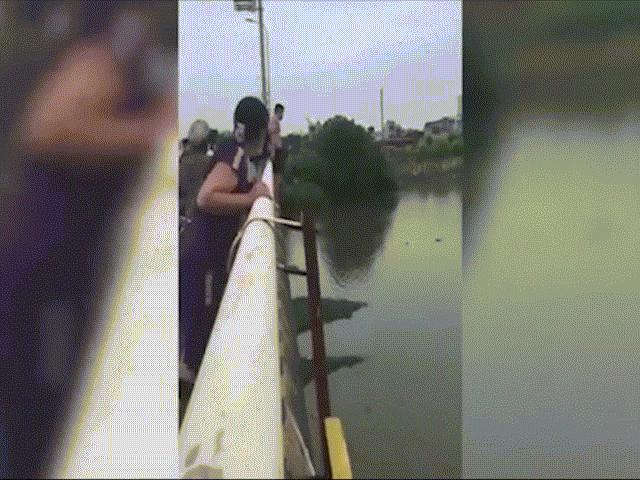 Lao mình từ cầu xuống sông cứu cô gái chới với giữa dòng nước, chú bộ đội nói gì?