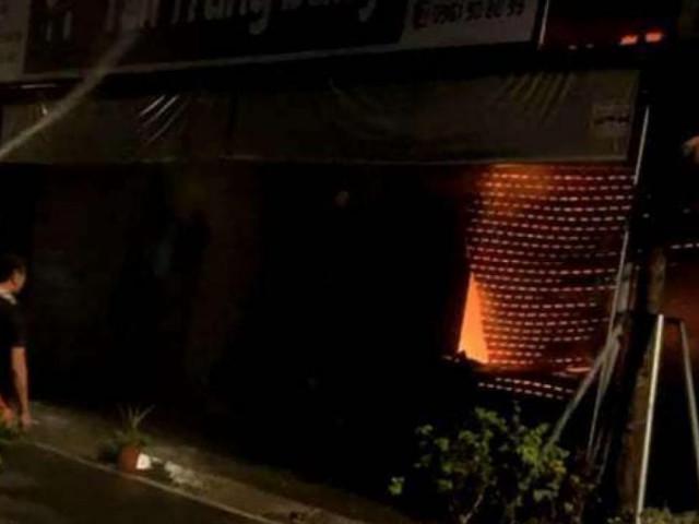 Kho chứa vải ở Ninh Hiệp bốc cháy giữa đêm, căn nhà 5 tầng ngập lửa