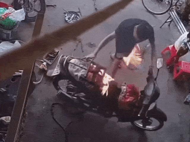 SỐC: Sửa xe máy làm cháy xe và pha xử lý vô cùng vụng về