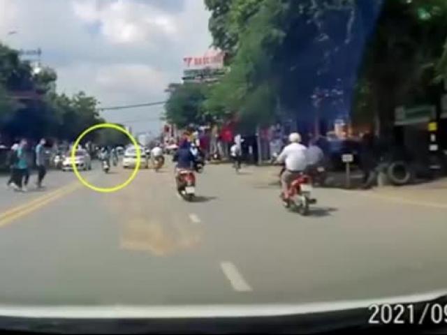 CLIP: Tránh tông nam sinh, nữ tài xế trượt ngã gây tai nạn liên hoàn