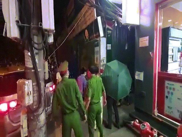 CLIP: Khám xét nhà Trưởng phòng Cảnh sát kinh tế Công an Hà Nội