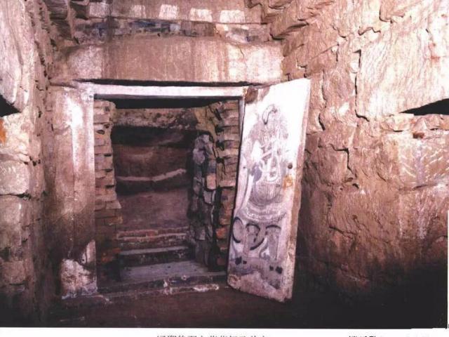 Trộm chui vào vơ vét lăng mộ hoàng tộc Trung Hoa, không ngờ phần bỏ sót mới là kho báu lớn