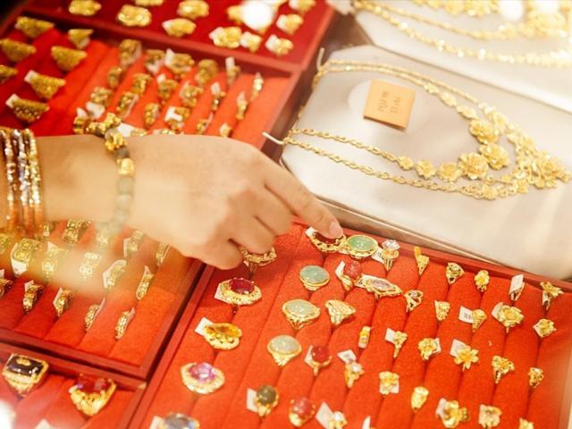 Giá vàng hôm nay 23/9: Nhận thông tin mới, dân buôn bán tháo khiến vàng lại giảm