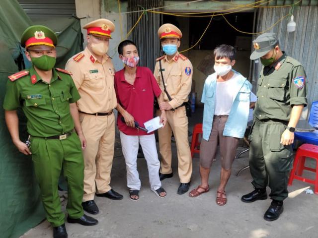 """Hà Nội: Cảnh sát khống chế người đàn ông thủ dao bầu """"thông chốt"""" kiểm dịch"""