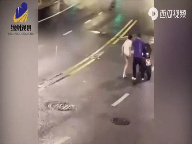 Cặp đôi gây sự ngay giữa đường phố, cô gái la hét ầm ĩ vạch trần sự trơ trẽn của cả hai