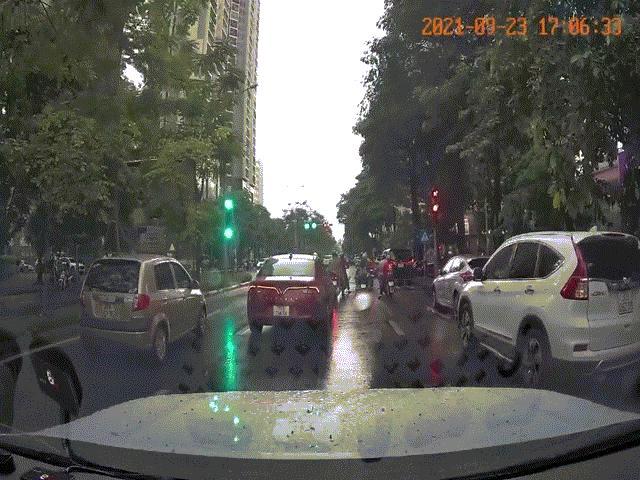 Clip: Ô tô con bất ngờ tăng tốc ủi hàng loạt xe máy dừng chờ đèn đỏ ở Hà Nội