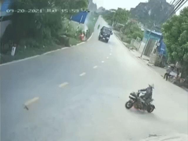 Thót tim xe tải đánh lái hết cỡ tránh va chạm với xe đạp điện