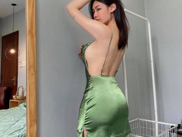 Hot girl Nha Trang quyến rũ với váy lụa tôn vòng 3 tuyệt đẹp